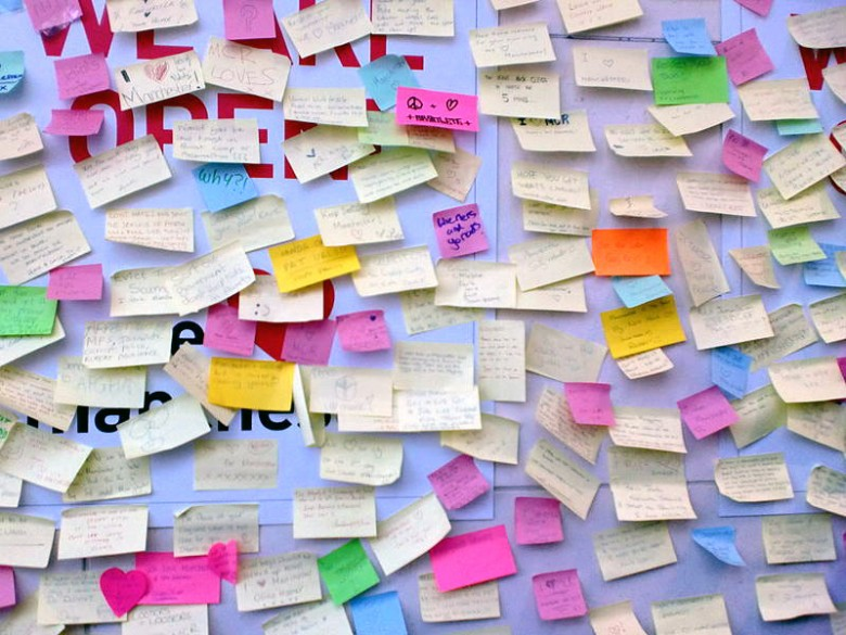 800px-Post-its_on_Manchester_Arndale_peace_wall,_2011_riots_WEB